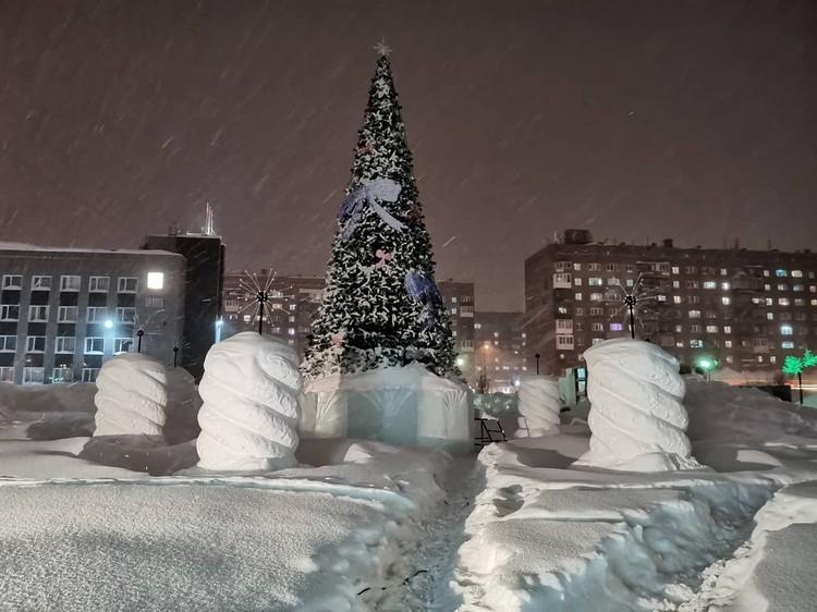 Зато есть из чего лепить снежные фигуры Фото: Типичный Норильск