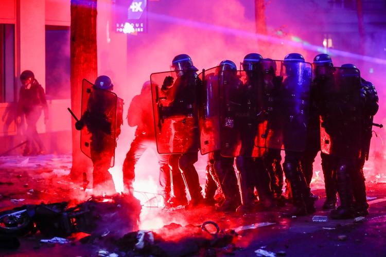 Ранения во время беспорядков получили восемь сотрудников правоохранительных органов Франции.