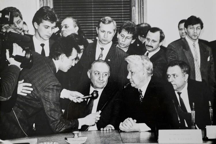 С Борисом Ельциным во время его встречи с журналистами в Минске. Фото: личный архив