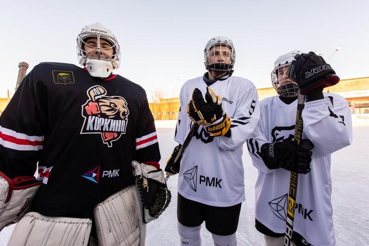 Юные хоккеисты опробовали лед на новом хоккейном корте.