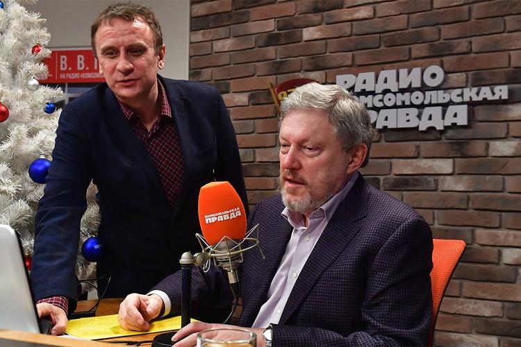 """Владимир Ворсобин и Григорий Явлинский в студии Радио """"Комсомольская правда""""."""