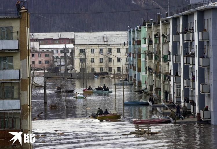 Наводнение в Ленске (Якутия) в 2001 году затопило и разрушило 3300 домов