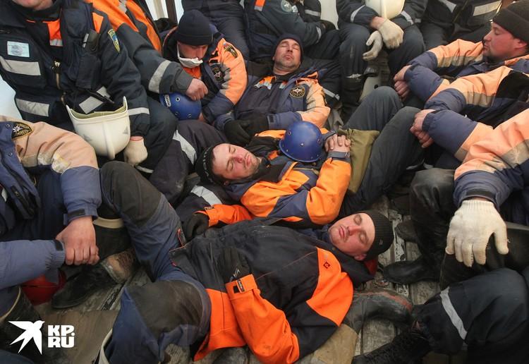 В марте 2011 спасатели МЧС оказывают помощь Японии после сокрушительного цунами. После тяжелой работы они спят на полу автомобиля, который везет их в лагерь
