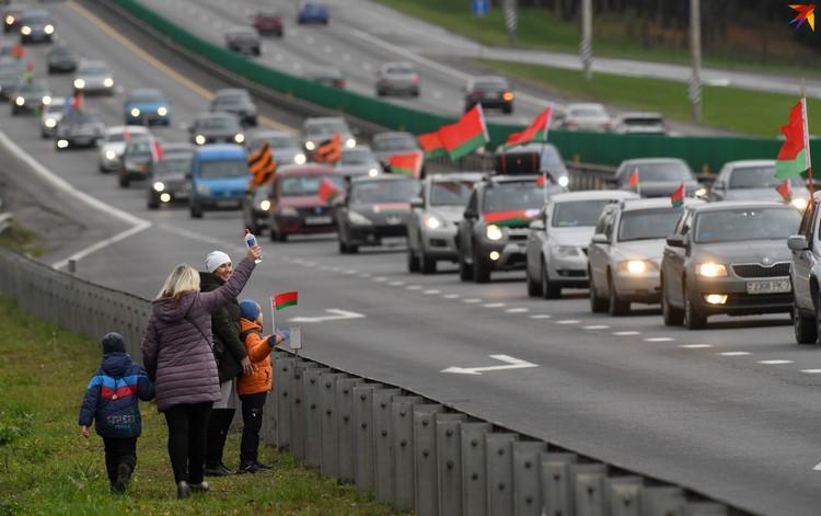 """Колонна автомобилей на республиканском автопробеге """"За единую Беларусь"""". Аэродром Липки, Минск, 8 ноября 2020 года."""
