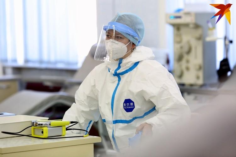 Врачи говорят: теперь затрагивает вирус больше пациентов не старшего возраста, как в первую волну, а куда моложе.