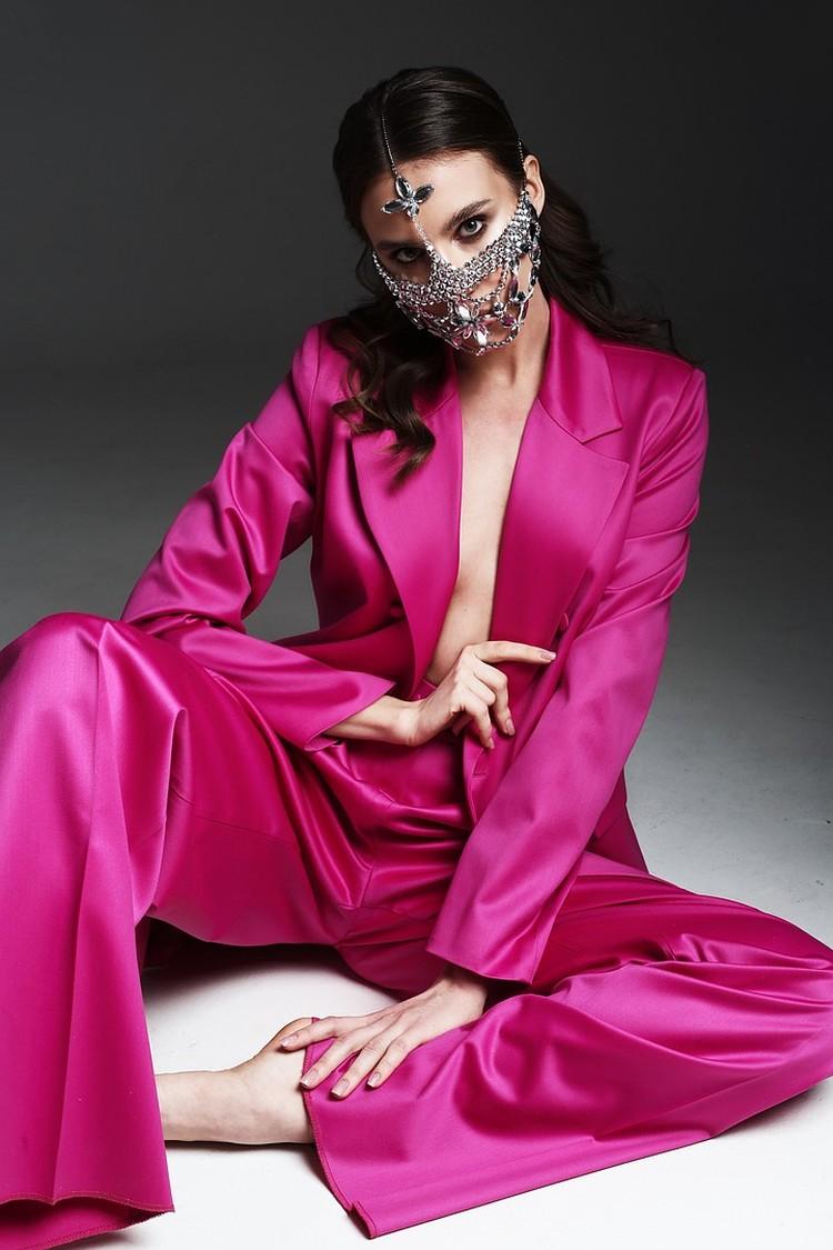 С весны в нашей жизни появились маски и тут же челябинцы начали креативить, придумывая всевозможные дизайны. Фото: Дмитрий Болотин