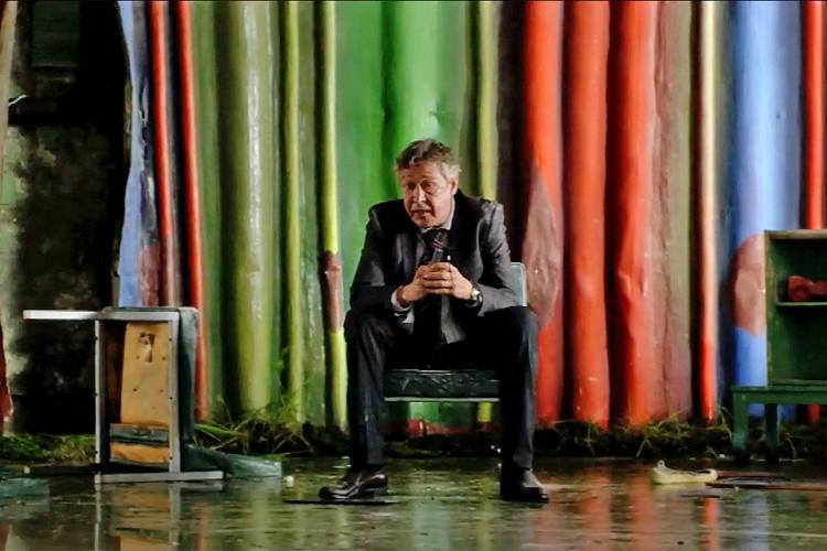 Михаил Ефремов в образе алкоголика и человека, раздающего взятки.