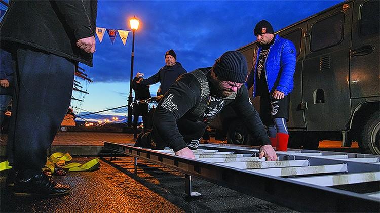 Три силача - Леонтий Мирошник, Евгений Казаков и Евгений Марков - смогли сдвинуть барк «Седов» водоизмещением более 7 тысяч тонн на 3,25 метра.