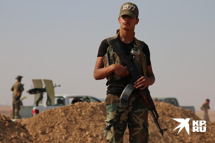 Сирийский военный с оружием.