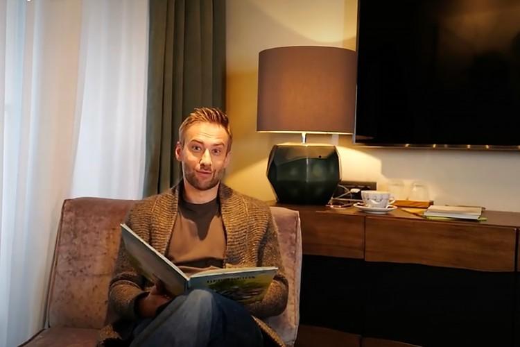 В гостиной Шепелев читает сказки детям.