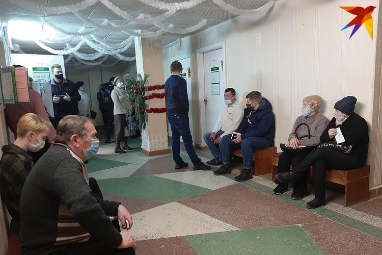 К началу работы терапевтического отделения поликлиники на прием пришли десятки людей.