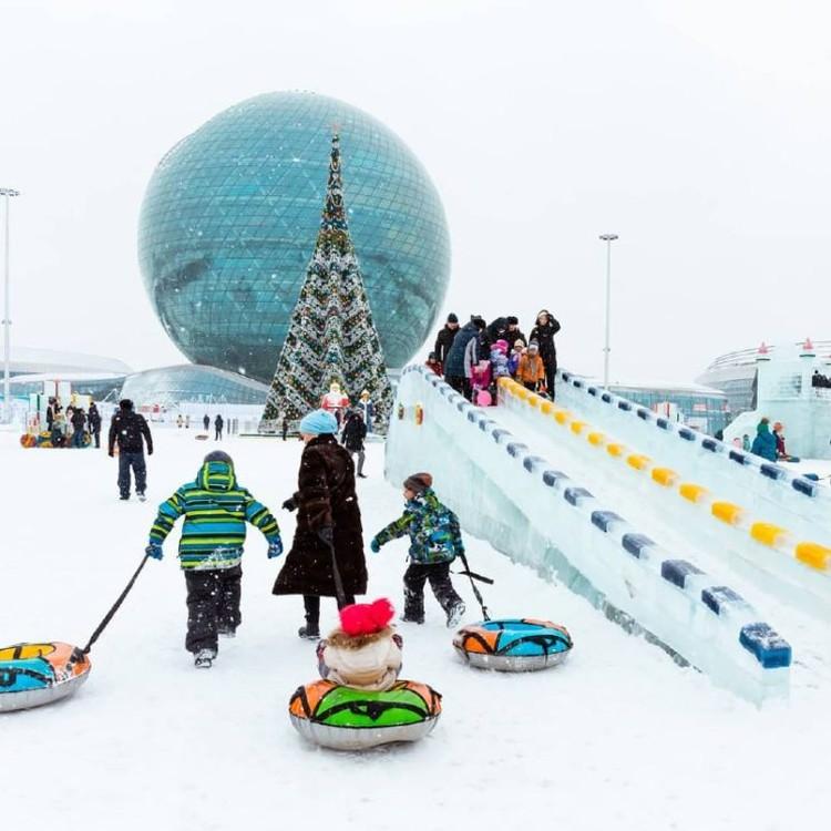 Открытый ледовой каток EXPO расположен у Музея энергии будущего NUR ALEM на левом берегу.