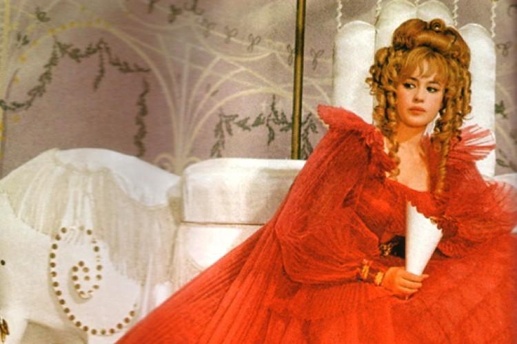 Кинодебют Нееловой состоялся в 21 год - она сыграла главную роль в фильме «Старая, старая сказка»