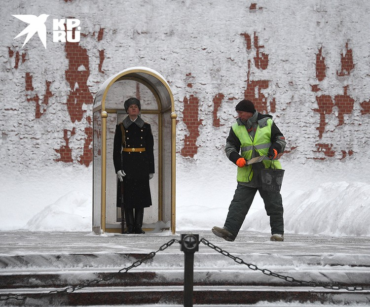 Стены Кремля стали белыми от снега.