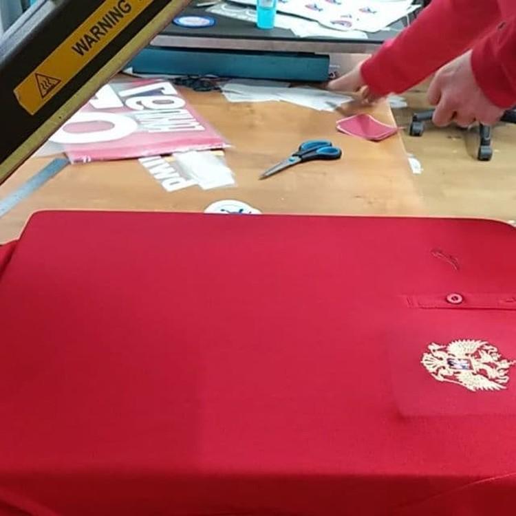 На красных майках игроков пришлось заклеить герб страны и поместить вместо него герб Федерации гандбола РФ