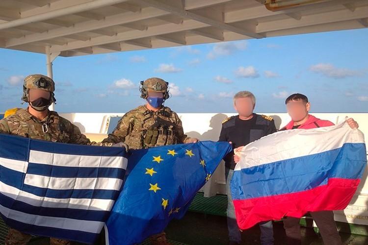 Натовцы сфотографировались с российским моряками. Фото: официальный паблик ЕС