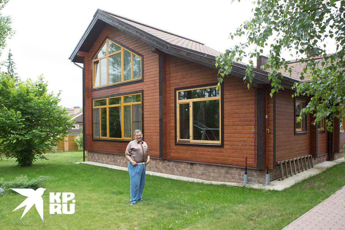 В доме огромные окна, которые так обожал хозяин. Фото: Николай Темников