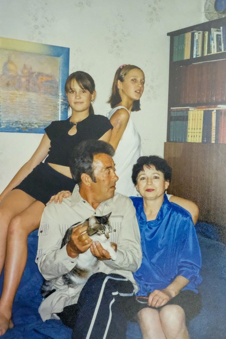 Ольга и Анна Бузовы с бабушкой и дедушкой