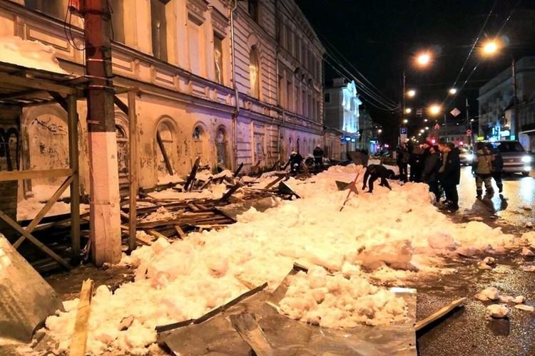 В 2019 году в результате обрушения большой массы снега с крыши в центре Твери на остановке получили травмы три женщины. Фото: ГУ МЧС РФ по Тверской области.