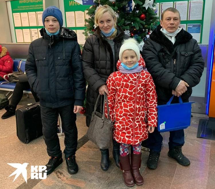 Любовь Бережная с новым мужем дочкой и сыном. Дети не знали про знаменитых братьев.