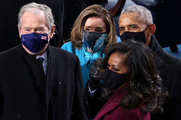 Гости церемонии, включая и предшественников Байдена, присутствовали на ней в масках.