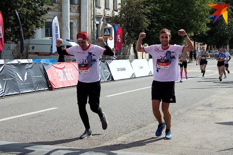 На 10-километровой дистанции Артёма (на фото слева) поддерживал его друг. Фото: Наталья Тихонова