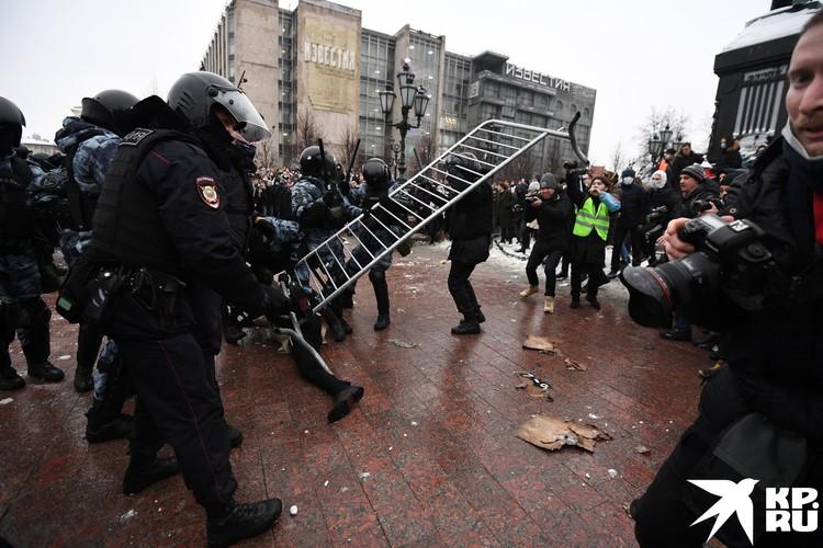 Протестующие пытаются нападать на ОМОН с ограждениями