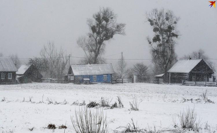 Деревенские дома спрятала снежная шапка.