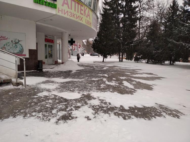 Гололед на площади Комарова, прямо у аптеки