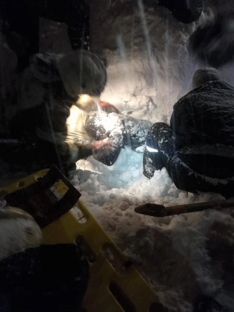 """Чтобы найти пострадавшую, спасателям пришлось использовать лопаты и лавинные щупы.Фото: МБУ """"Защита населения и территории"""" Новокузнецка"""