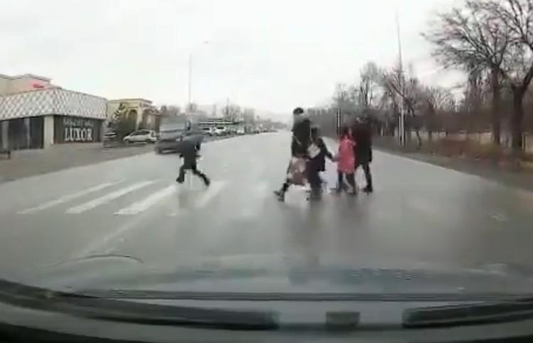 Мальчик попал под колеса буса.