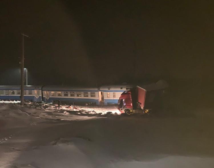 Поезд после столкновения сошел с рельсов. Фото: очевидцев