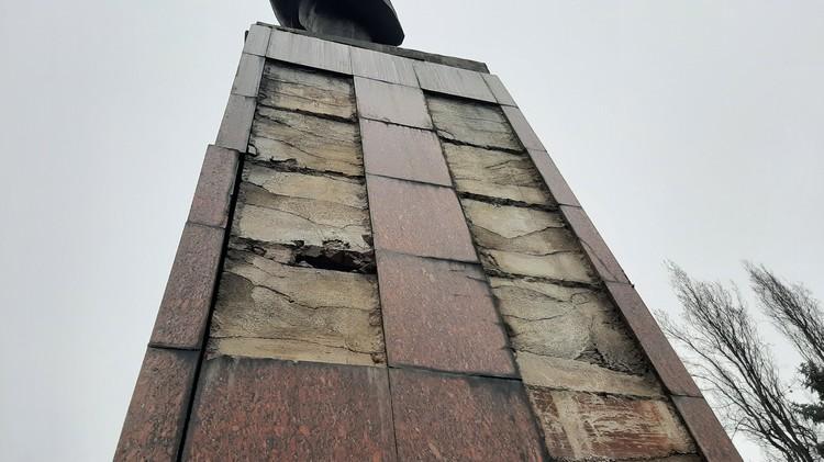 Памятник разваливается, это видно невооруженным взглядом