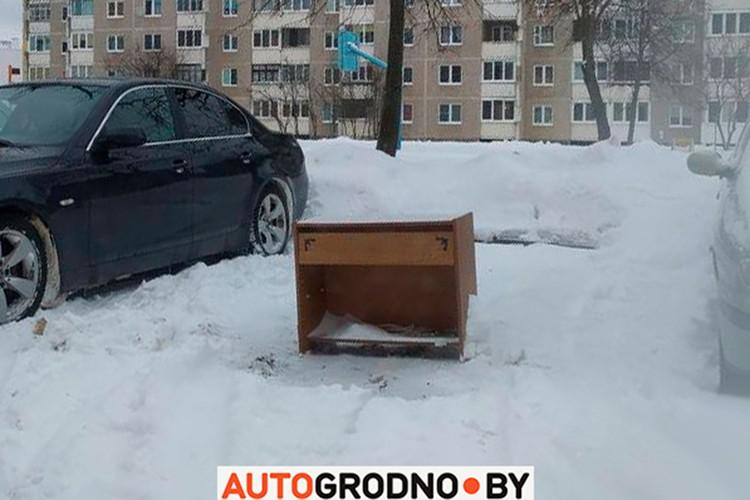 Тяжелая тумбочка надежно охраняет кусок парковки. Фото: Автогродно.