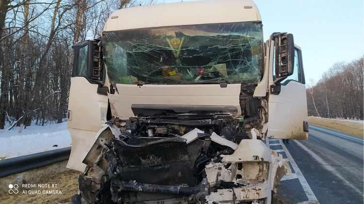 Водитель большегруза получил травмы