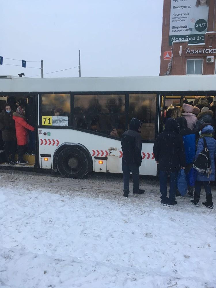 Автобусы утром. Фото: читательница КП-Красноярск Екатерина