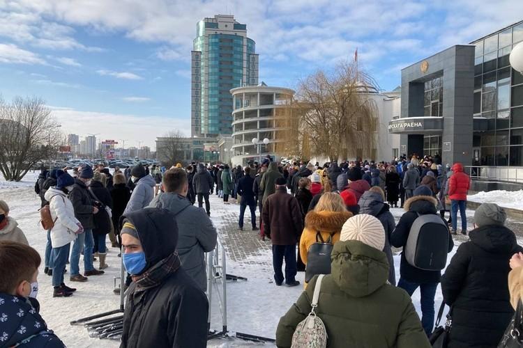 Поддержать обвиняемых пришли десятки человек, но большинство из них на процесс не пустили. Фото: телеграм-канал Виктора Бабарико