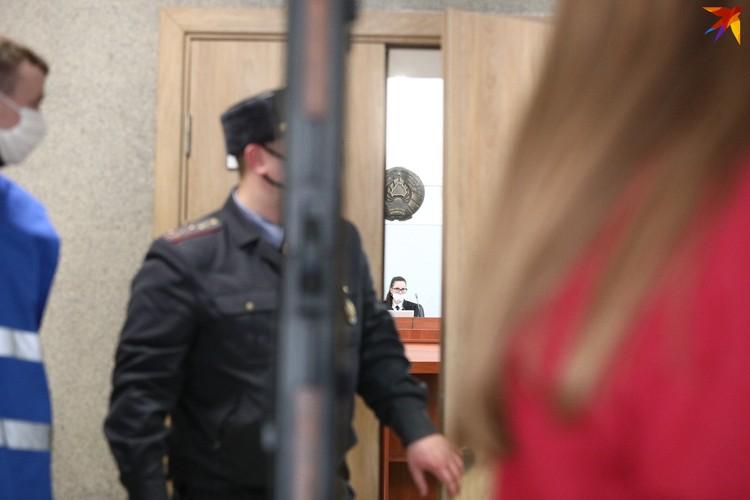 Суд проходит в открытом режиме, однако пройти в зал суда удается только родственникам и журналистам госСМИ