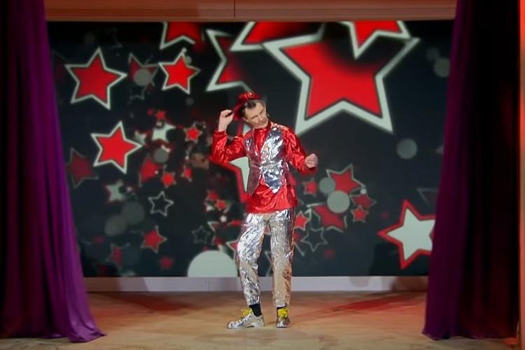 Мужчина зажег на сцене под «шизгару». Фото: скриншот из видео.