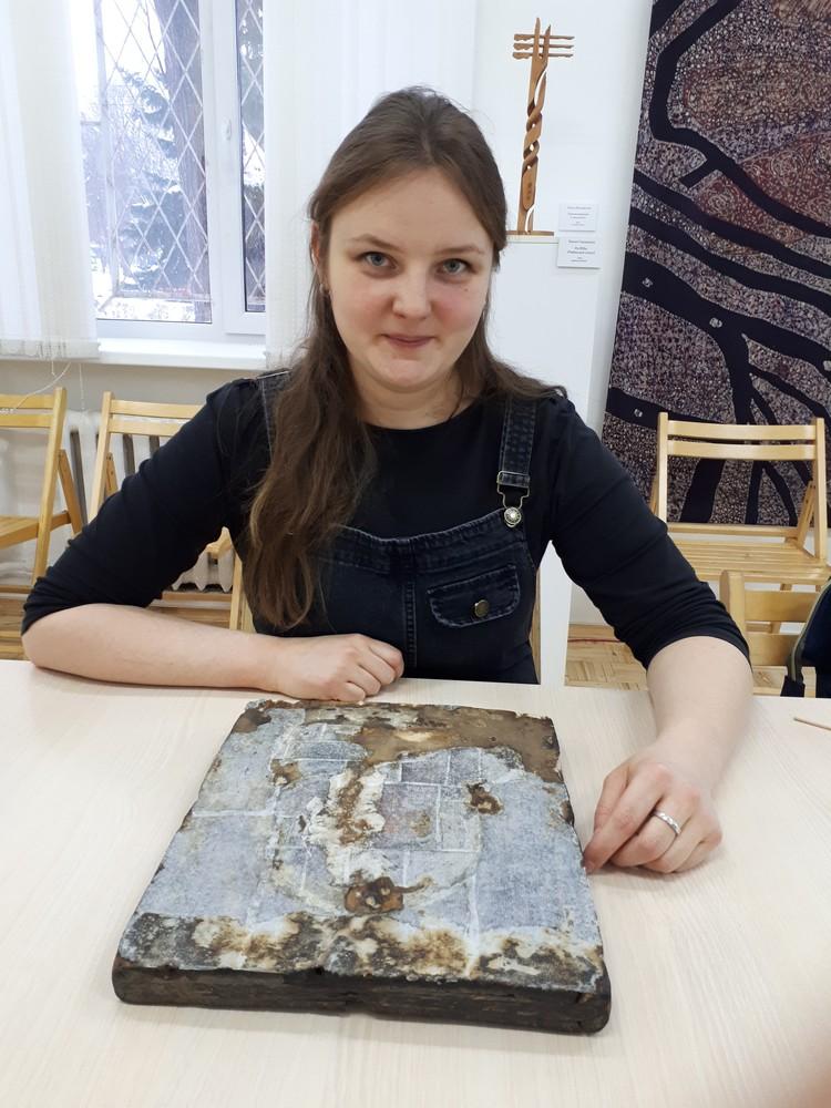 Икона Казанской Божьей матери находится под профилактической заклейкой, чтобы защитить красочный слой. В будущем здесь будут восстанавливать древесину