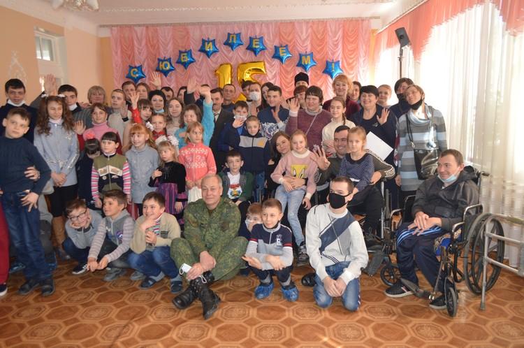 Дети не отпускали Басурина, пока он с ними не сфотографировался