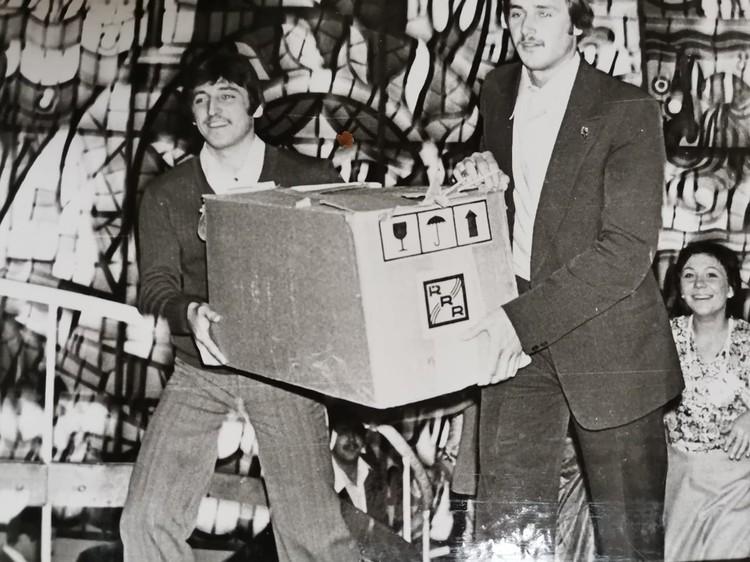 Подарок - радио с проигрывателем. (Фото: соцсети).