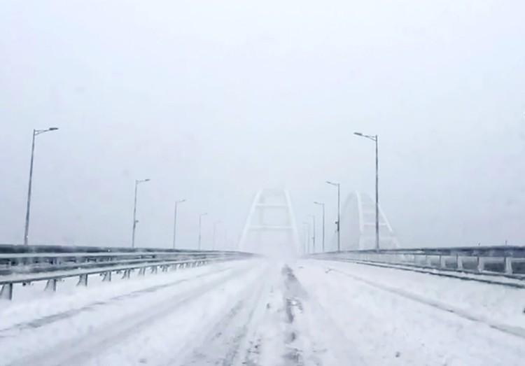 В России тоже рекордные морозы, метели, снегопады. Из-за этого даже пришлось впервые временно закрыть для автомобилей знаменитый Крымский мост через Керченский пролив. Фото: МЧС России/ТАСС