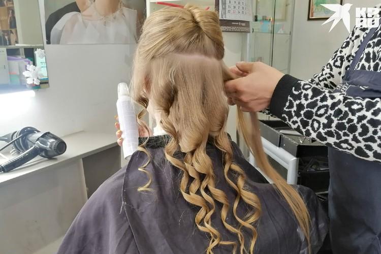Для ажурности завиваем волосы плойкой. Фото: Анна ПАШАГИНА