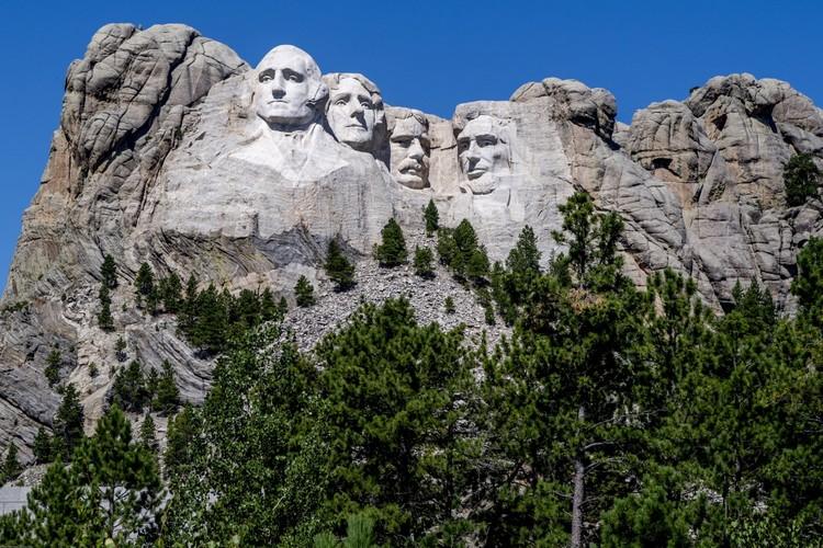 На горе Рашмор в Южной Дакоте высечен барельеф с портретами четырех президентов США. Второй справа - Теодор Рузвельт