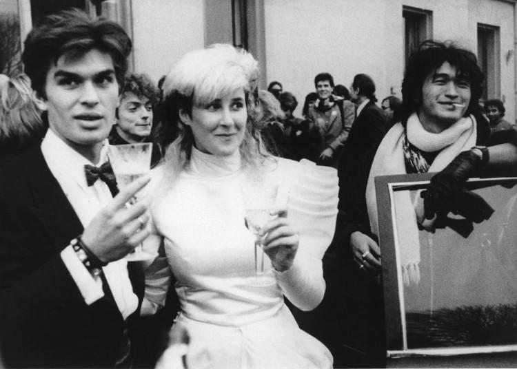 Молодой Юрий Каспарян на свадьбе с Джоанной Стингрей. Фото: https://www.joannastingray.com/