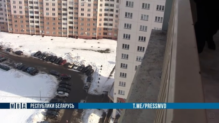 Девушка перелезла через ограждение на балконе и стояла на парапете. Фото: МВД