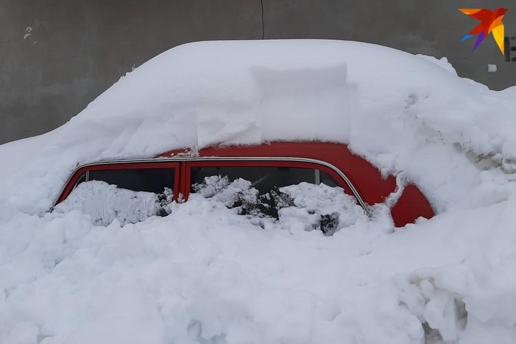 """В Минске будут привлекать к ответственности за """"подснежники"""", которые мешают проезду снегоуборочной техники."""