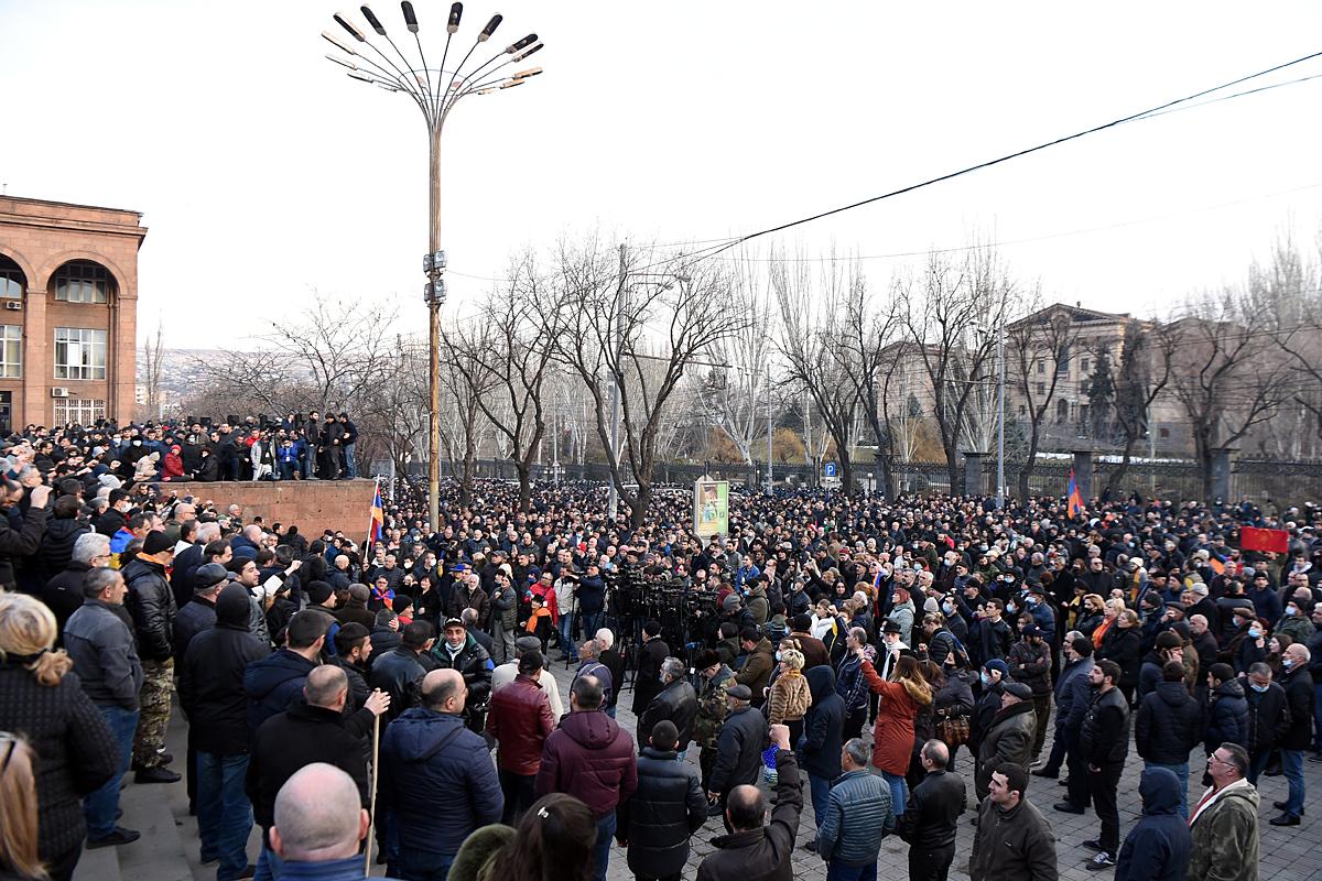 В Ереване продолжаются выступления противников Никола Пашиняна, требующих его отставки