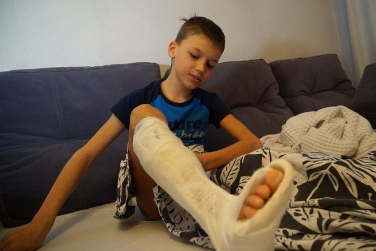 Мальчик оказался в гипсе. Фото: Игорь Николаев
